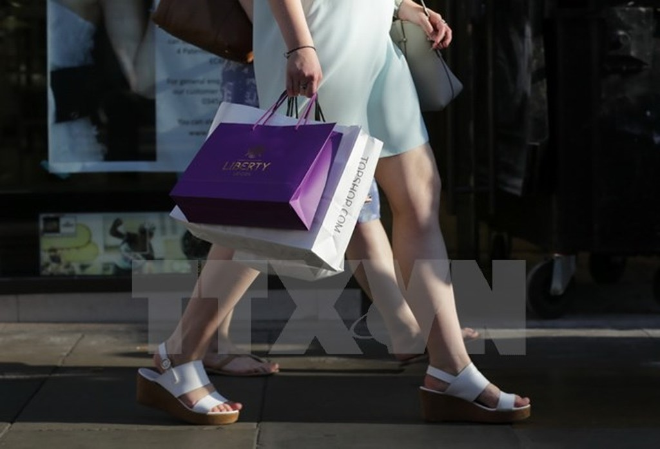 Người dân mua sắm tại khu phố thương mại Oxford ở trung tâm thủ đô London. (Nguồn: AFP/TTXVN)