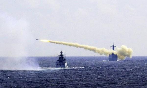Trung Quốc tập trận bắn đạnthật trên biển Hoa Đông trong kịch bản bị gây nhiễu điện tử mạnh ngày1/8. Ảnh:AP