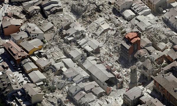 Khung cảnh đổ nát sau trận động đất mạnh 6,2 độ Richter ở Italy. Ảnh:AP.