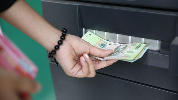 Khi đến ATM rút tiền, để tránh rủi ro, khách hàng nên che chắn đề phòng kẻ gian dùng thiết bị hiện đại đọc được nội dung thông tin của thẻ. Ảnh: Đinh Tuấn