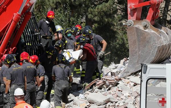 Một thi thể được lực lượng cứu hộ đưa ra khỏi đống đổ nát ở thị trấn Amatrice, Italy hôm qua. Ảnh: Reuters