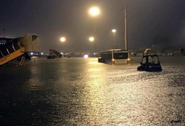 Sân bay Tân Sơn Nhất bị ảnh hưởng sau cơn mưa lớn ở Sài Gòn - ảnh 1