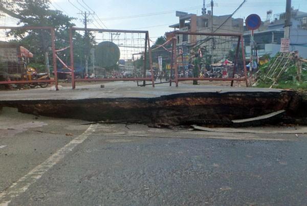 Cầu Tân Kỳ Tân Quý bị nứt toác sau cơn mưa lớn chiều 26/8. Ảnh:H.C