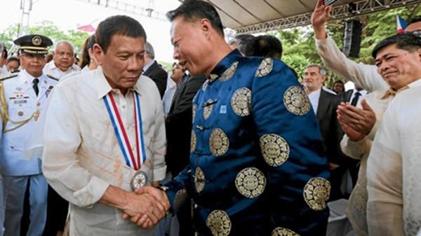 Ông Duterte bắt tay với Đại sứ Triệu tại sự kiện hôm qua. Ảnh: PPD