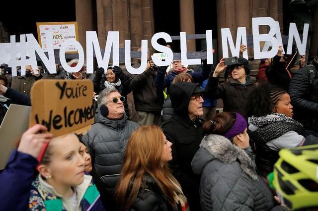 """Người biểu tình giơ cao khẩu hiệu """"Không cấm người Hồi giáo"""" trong cuộc biểu tình phản đối Tổng thống Donald Trump ở Massachusetts hôm 29/1 (Ảnh: Reuters)"""