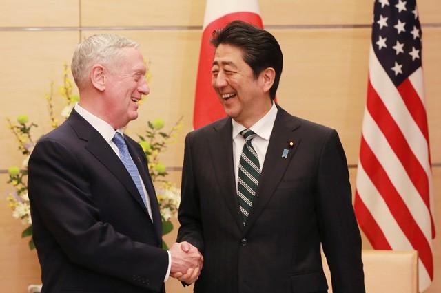 Bộ trưởng Quốc phòng Mỹ James Mattis trong cuộc gặp hôm 3/2 với Thủ tướng Nhật Bản Shinzo Abe tại Tokyo. (Ảnh: AFP)