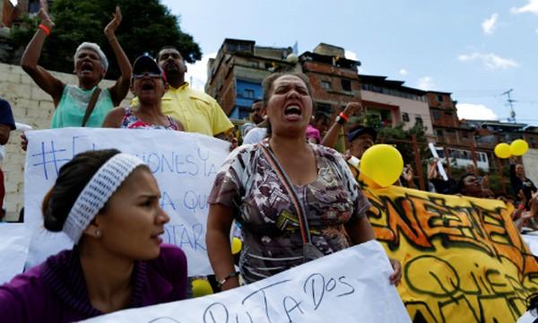Những người dân bất mãn ủng hộ phe đối lập tại Venezuela.Ảnh: Reuters
