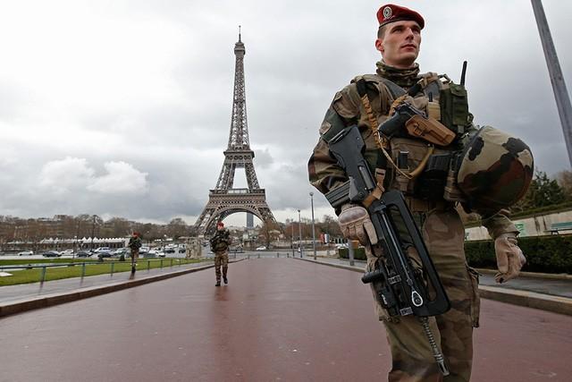 Cảnh sát tuần tra tại khu vực quanh tháp Eiffel (Ảnh: RT)