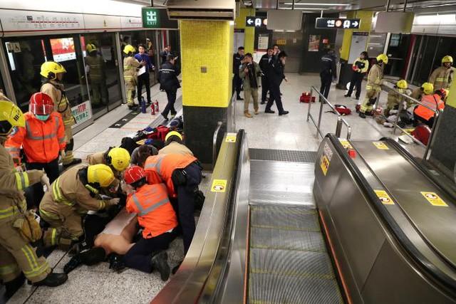 Tấn công bằng bom xăng trên tàu điện ngầm Hong Kong, 18 người bị thương - ảnh 2