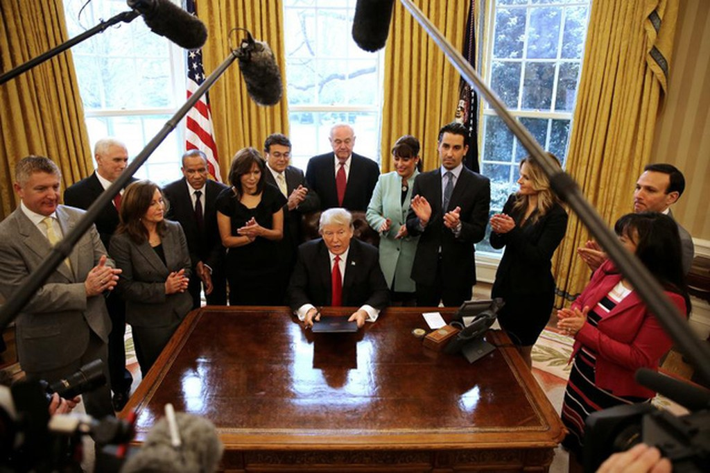 30 ngày đầu tiên làm tổng thống của tỷ phú Trump - ảnh 10