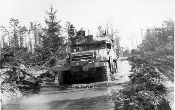Xe tải quân sự củaMỹ trong trận chiến ở rừngHurtgen. Ảnh:War History.