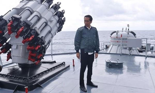 Tổng thống Indonesia Widodo đứng trên boong chiến hạm Hải quân Indonesia. Ảnh:Reuters