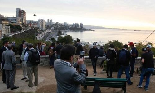 Người dân đứng trên một ngọn đồi sau khi có cảnh báo sóng thần ở khu nghỉ dưỡng ven biển miền bắc Chile. Ảnh:Reuters