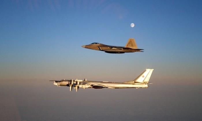 Chiến đấu cơ Mỹ F-22 trong một lần chặn máy bay ném bom Nga Tu-95. Ảnh:US Air Force.
