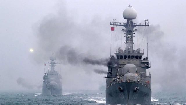 Tàu chiến Hàn Quốc tập trận bắn đạn thật trên biển hồi tháng 1. (Ảnh: EPA)