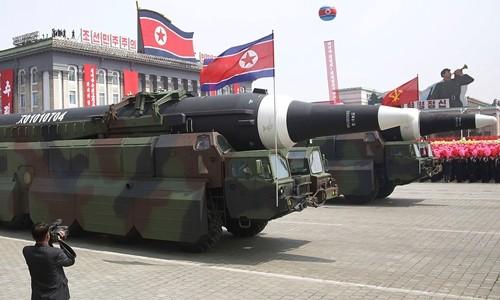 Tên lửa Triều Tiên trong lễ duyệt binh hôm 15/4. Ảnh:Independent