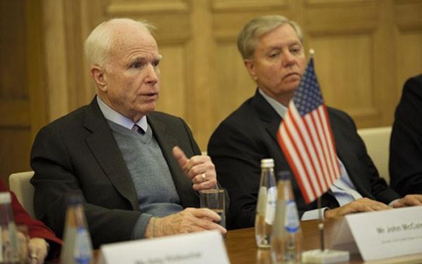 Thượng nghị sĩ John McCain và Lindsey Graham trong chuyến thăm Latvia năm ngoái. Ảnh: Bộ Ngoại giao Latvia