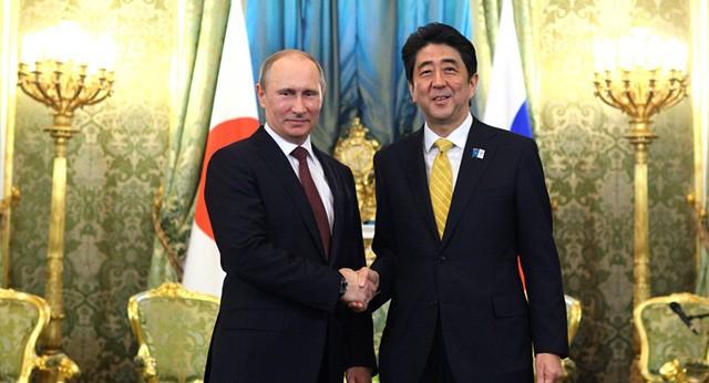 Tổng thống Nga Vladimir Putin (trái) và Thủ tướng Nhật Bản Shinzo Abe bắt tay trước khi bắt đầu hội đàm tại Điện Kremlin ngày 29/4/2013 (Ảnh: Sputnik)