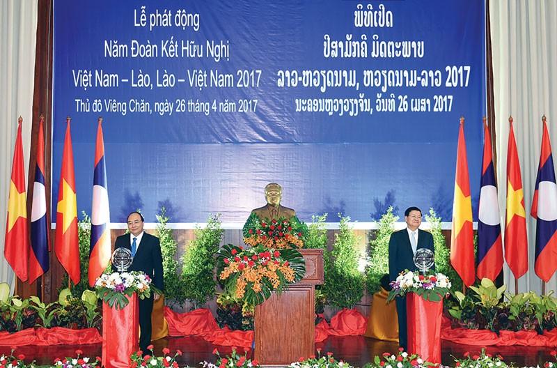 Thủ tướng hai nước phát động Năm Đoàn kết hữu nghị Việt Nam - Lào, Lào - Việt Nam 2017. Ảnh: Quang Hiếu