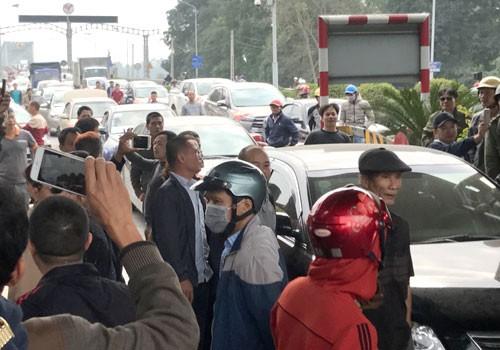 Người dân tập trung phản đối trạm thu phí BOT Bến Thủy 1. Ảnh:Nguyễn Hải