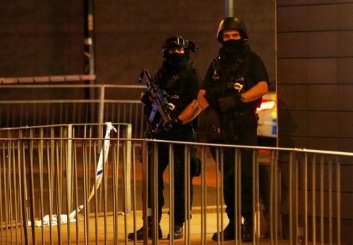 Hơn 400 cảnh sát vũ trang Anh đã có mặt để phong tỏa hiện trường và đảm bảo an ninh. Ảnh:LNP