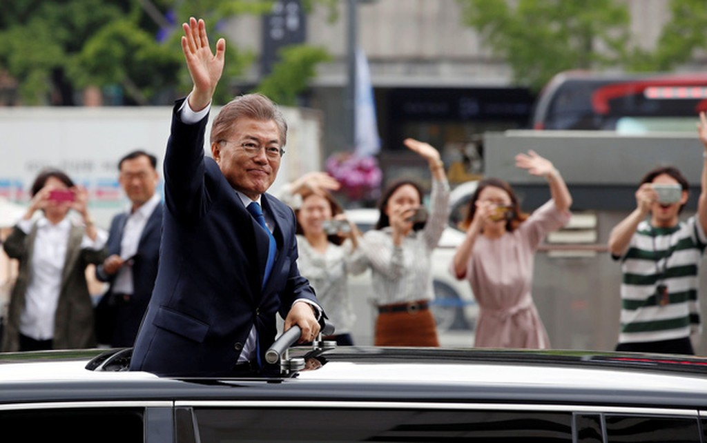 Tổng thống Moon Jae-in vẫy tay chào người dân trong ngày nhậm chức 20/5 (Ảnh: Reuters)