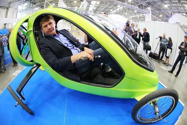 Ông Alexander Begak - nhà phát minh Nga và là người thiết kế máy bay - ngồi trong một chiếc xe bay do chính ông thiết kế