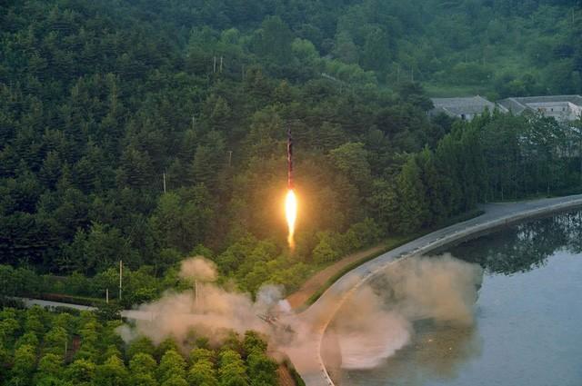Triều Tiên tiết lộ hình ảnh đầu tiên của vụ phóng tên lửa