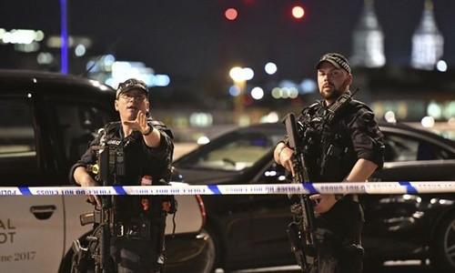 Cảnh sát phong tỏa hiện trường vụ lao xe trên cầu London. Ảnh:AP