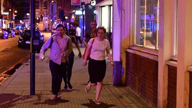 Nhân chứng hoảng hốt bỏ chạy sau khi xảy ra vụ tấn công trên cầu London tối 3/6. (Ảnh: EPA)