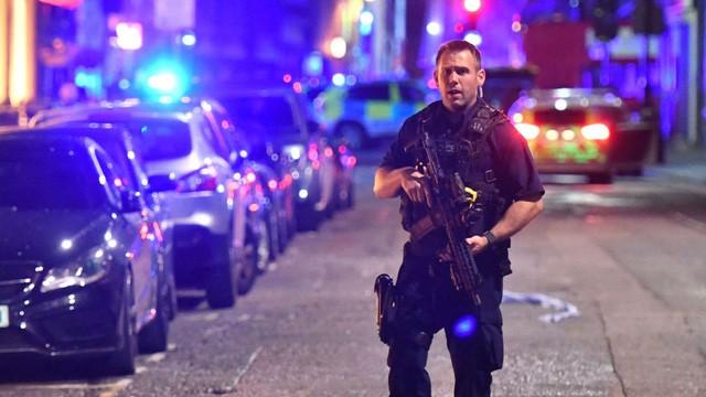 Cảnh sát vũ trang đã phong tỏa hiện trường sau vụ tấn công trên cầu London. (Ảnh: PA)