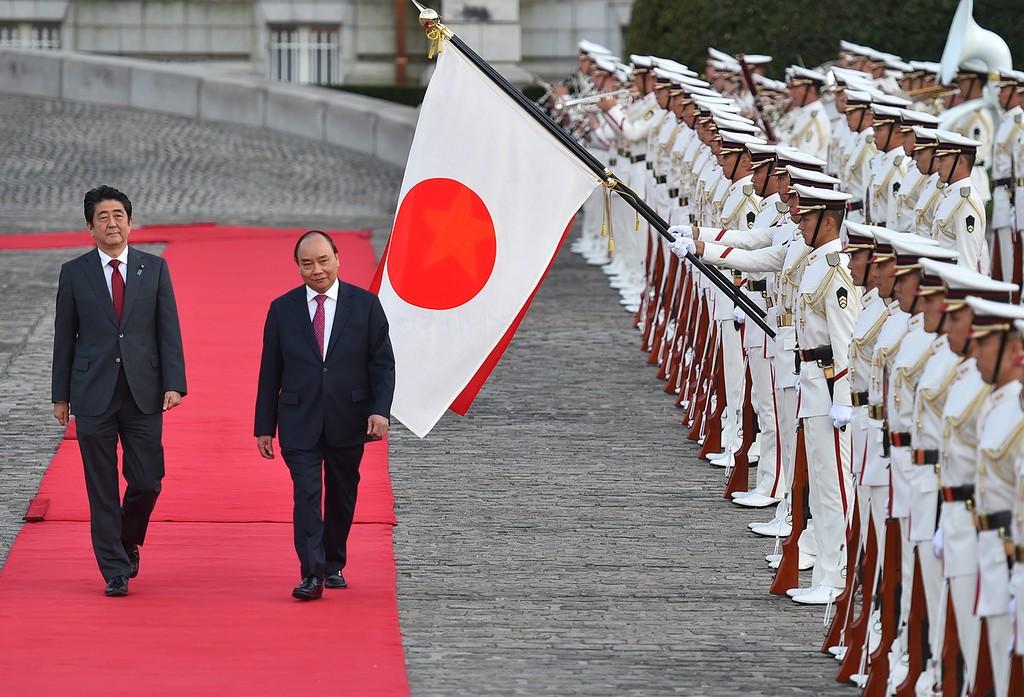 Thủ tướng Nhật Bản Shinzo Abe đón Thủ tướng Nguyễn Xuân Phúc. Sau lễ đón, hai Thủ tướng tiến hành hội đàm. Ảnh: VGP/Quang Hiếu