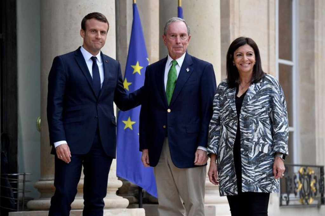 Tổng thống Pháp Emmanuel Macron hoan nghênh cựu thị trưởng thành phố New York, Michael Bloomberg bên cạnh thị trưởng Paris, Anne Hidalgo trước cuộc họp của họ tại Cung điện Elysee tại Paris ngày 2/6 vừa qua. (Nguồn: Christophe Petit Tesson-AFP/Getty Image