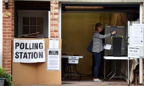 Một phụ nữ bỏ phiếu bầu thủ tướng Anh tại khu vực nam London. Ảnh:Reuters.