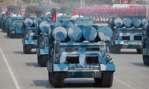 Phương tiện chuyên chở kiêm bệ phóng của một loại tên lửa mớitrong cuộc duyệt binh tại Bình Nhưỡng ngày 15/4. Ảnh:KCNA.