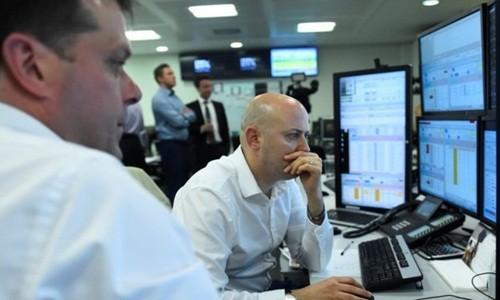 Bảng Anh đang lao dốc so với USD và euro. Ảnh:Reuters