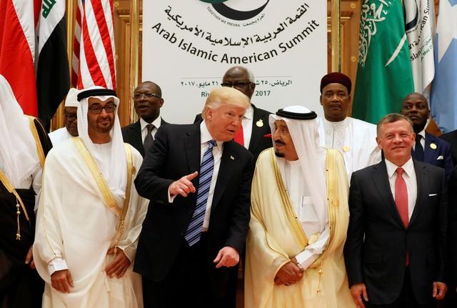 Tổng thống Donald Trump và các quan chức vùng Vịnh tại Ả-rập Xê-út hôm 21/5 (Ảnh: Reuters)