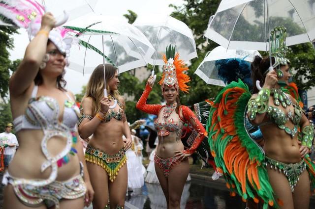Các phụ nữ tham gia màn diễu hành trên đường phố trong khuôn khổ carnival văn hóa tại Berlin, Đức ngày 4/6. (Ảnh: Reuters)