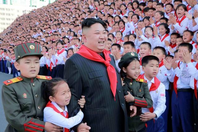 Nhà lãnh đạo Triều Tiên Kim Jong-un chụp ảnh cùng các em nhỏ nhân ngày Thiếu nhi tại Triều Tiên (Ảnh: Reuters)