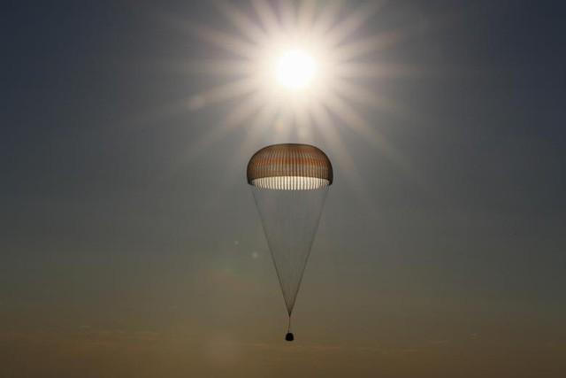 Tàu Soyuz MS-03 chở các phi hành gia từ Trạm Vũ trụ Quốc tế (ISS) chuẩn bị hạ cánh tại Dzhezkazgan, Kazakhstan (Ảnh: Reuters)
