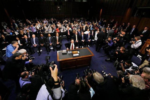 Cựu giám đốc FBI James Comey trong vòng vây của báo giới trong cuộc điều trần trước Ủy ban Tình báo Thượng viện ngày 8/6. (Ảnh: Reuters)