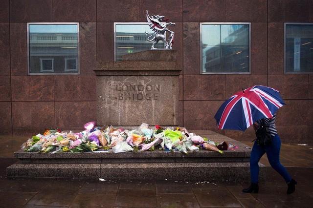 Hoa được đặt để tưởng niệm những người thiệt mạng trong vụ tấn công khủng bố tại cầu London ở thủ đô London, Anh (Ảnh: EPA)