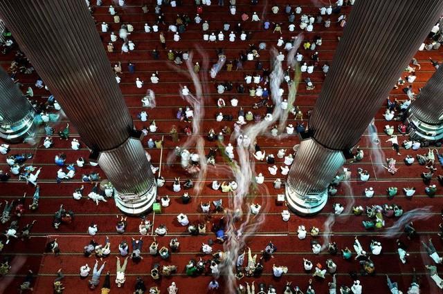 Người Hồi giáo Indonesia sau lễ cầu nguyện ngày thứ Sáu trong tháng lễ Ramadan tại nhà thờ Hồi giáo Istiqla ở thủ đô Jakarta (Ảnh: EPA)