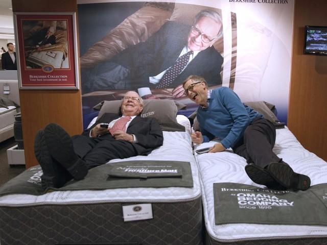 """Hai tỷ phú Bill Gates và Warren Buffett cùng nhau thử chiếc nệm được đặt tên """"Warren"""". (Nguồn: Business Insider)"""