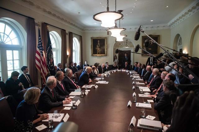 Phiên họp nội các kỳ lạ của Tổng thống Trump - ảnh 1