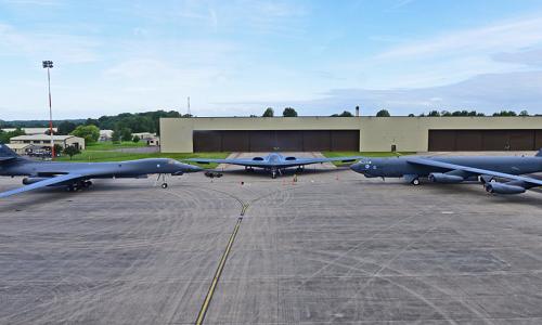 Ba máy bay ném bom B-2, B-1 và B-52 Mỹ lần đầu tập trung tại căn cứFairford, Anh. Ảnh:Business Insider.