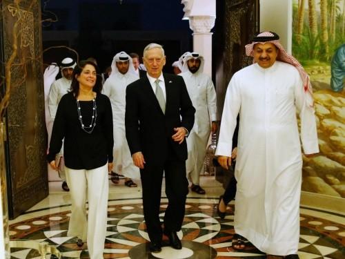 Bà Dana cùng Bộ trưởng Quốc phòng Mỹ James Mattis trong cuộc gặp quan chức Qatar tại Doha hôm 22/4. Ảnh:AFP