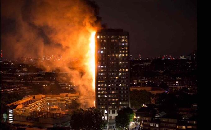 Hiện trường vụ cháy tòa tháp 24 tầng ở London - ảnh 1