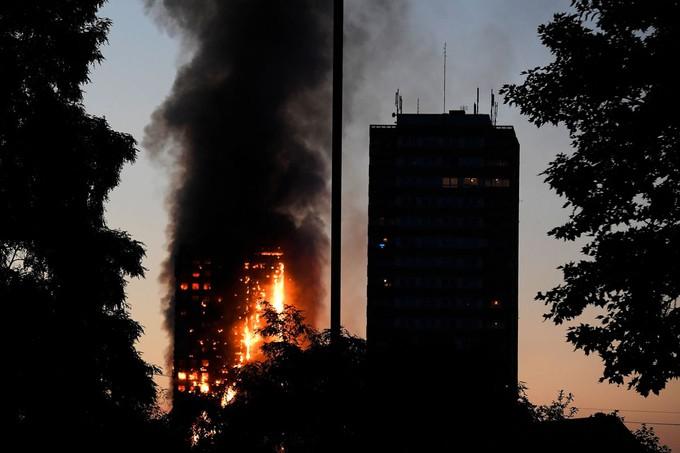 Hiện trường vụ cháy tòa tháp 24 tầng ở London - ảnh 4