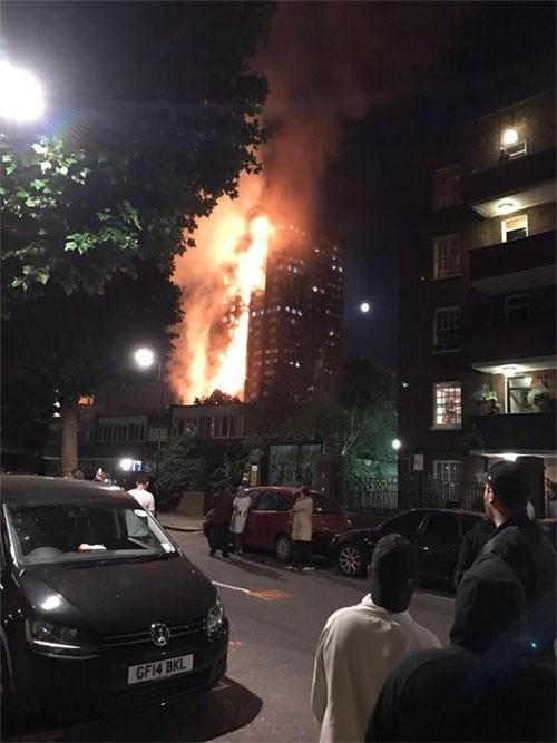Hiện trường vụ cháy tòa tháp 24 tầng ở London - ảnh 5